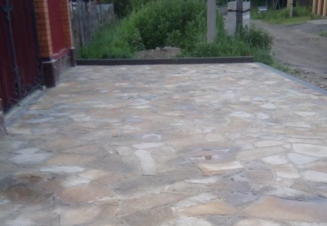Обустройство преддомовой территории, природным камнем с установкой бордюров.