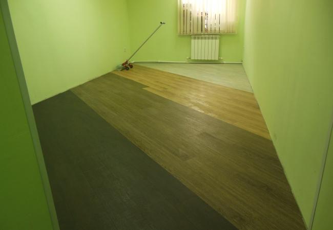 Монтаж напольного покрытия в офисном помещении